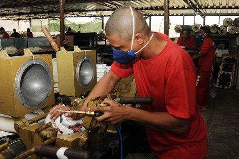 ... Os detentos trabalham na costura dos gomos das bolas de futebol 56d775b336fbc